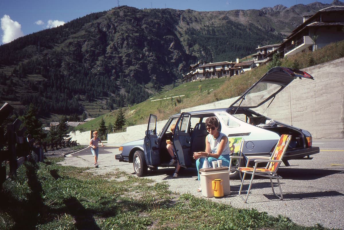 Retro pic of family with Saab 900 in the mountains